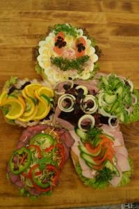 Lækker pålægskagemand på friskbagt bund med salat og højt belagt pålæg.